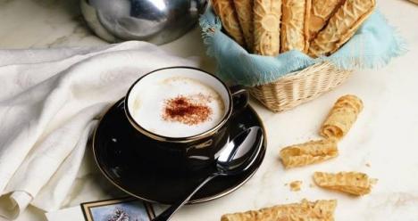 кофе со сливками в кафе