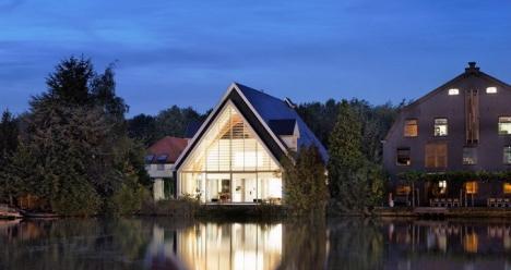 мой  дом с камином и зеленой крышей на берегу реки