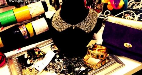 Открыла свой маленький бизнес с бижутерией и платьями.