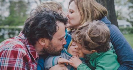 Я счастливая жена заботливого мужа и мама двух детей