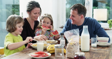 Погасить все долги(сумма 200т.р) и жить с семьей.